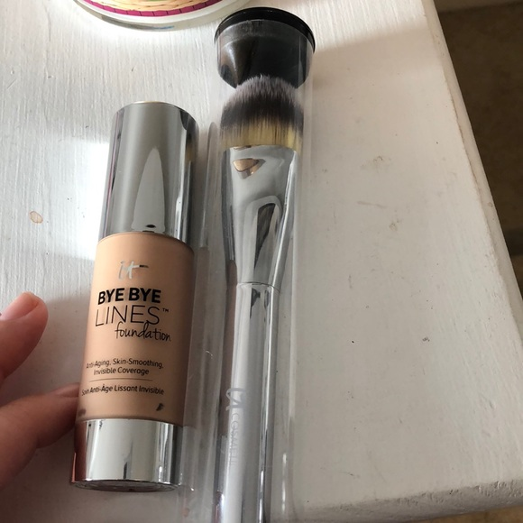 it cosmetics Other - Bye Bye Lines Foundation and Brush
